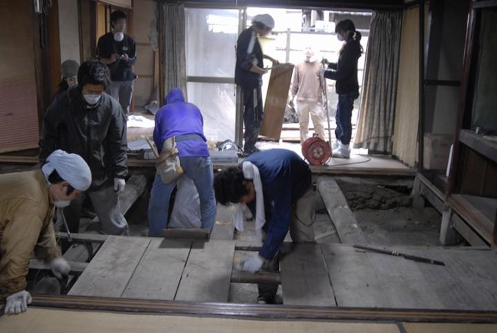 みんなで寄ってたかって床を剥がしています。古い床板はもちろん壁材などに再利用します。