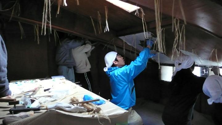 屋根裏部屋の漆喰塗りの様子。タイ王室の壁の修復にも携わる一流の左官職人に指導していただきました。既存の薄ベニヤ板の上にヒゲコとグラスファイバーメッシュを伏せこんで砂漆喰を3層塗っています。