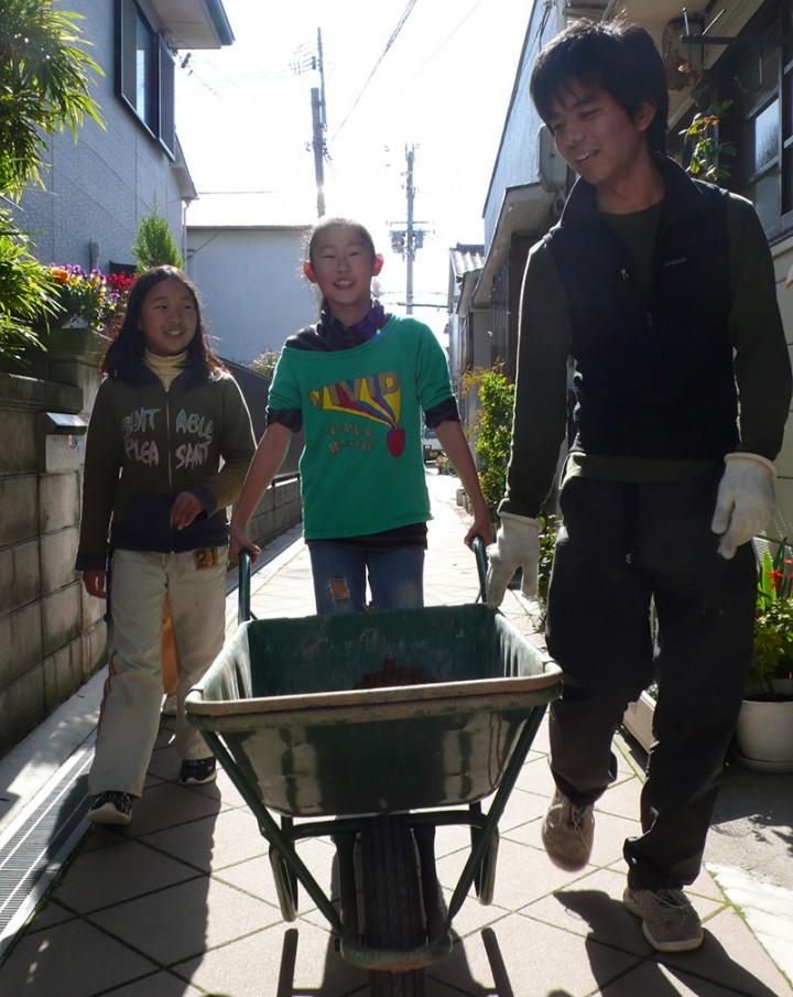 そうこうしてるうちに近所の子どもも集まってきました。当然作業に参加してもらいます。この風通しのいい人間関係が駒ヶ林のいいところ。
