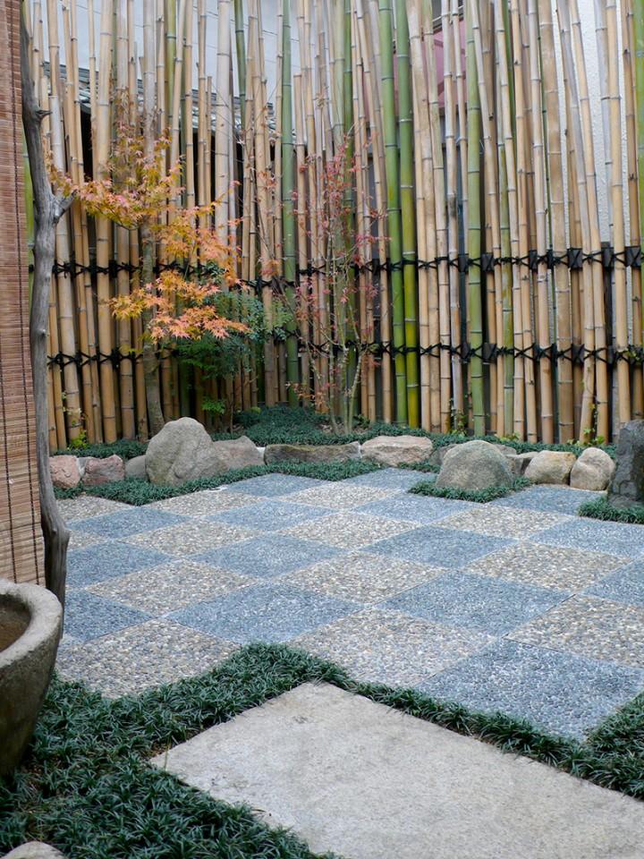 しっとりと趣きのある中庭が完成。青い竹が混ざってますが、実は数が足りずに後で追加したもの。これは神戸市内から調達しました。