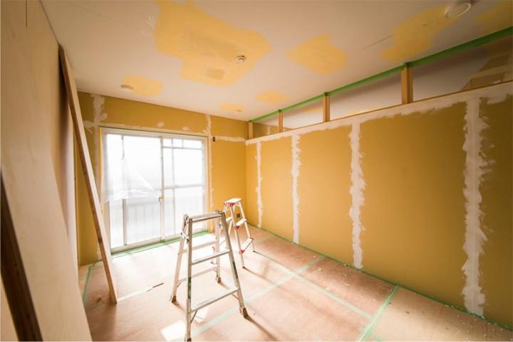 寝室。DIY直前の状態です。窓側は珪藻土塗、その他はペンキですべてDIY仕上げです。