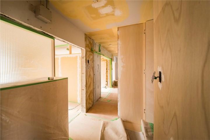 玄関から。DIY直前の状態です。写真左のチェッカーガラス部分が寝室で奥がリビングダイニング。