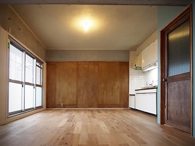 建具は職人の指導のもと自作した。キッチンは昔のものを磨いて磨いて再利用した。