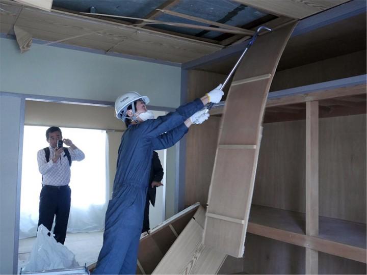 学生さんがバールで天井を解体しています。