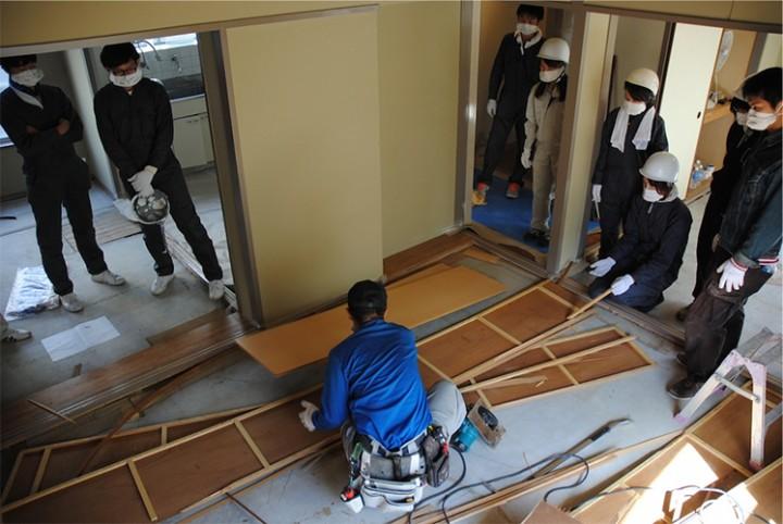 大工さん指導のもと、解体・搬出を行います。