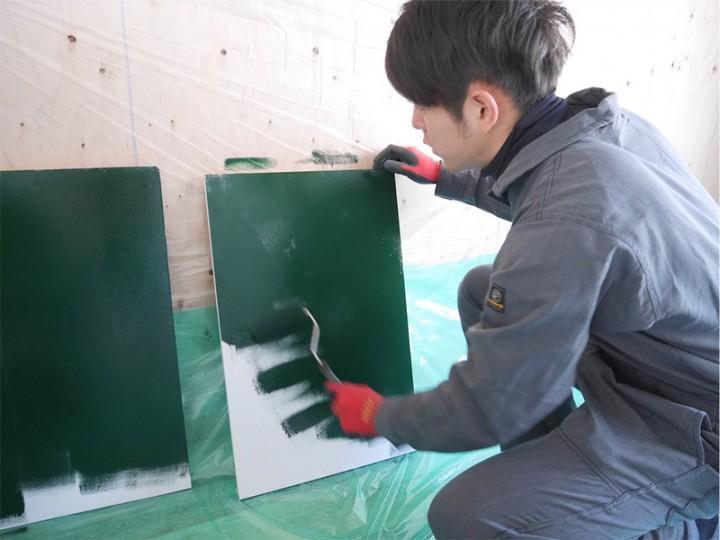 カスタマイズ賃貸のお部屋の扉には、黒板塗料を塗りました。乾いた後はみんなでお絵描き。