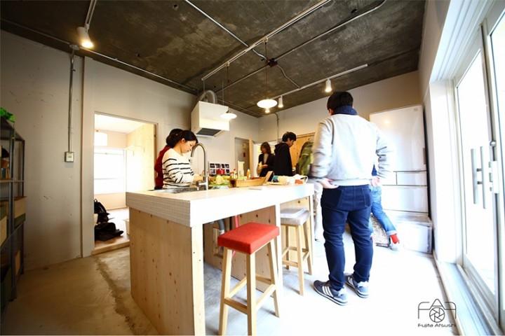 天井を解体し、隠れていたコンクリート天井をそのまま生かし、広々とした空間になりました。床も既存スラブを生かし、土間仕上げに。