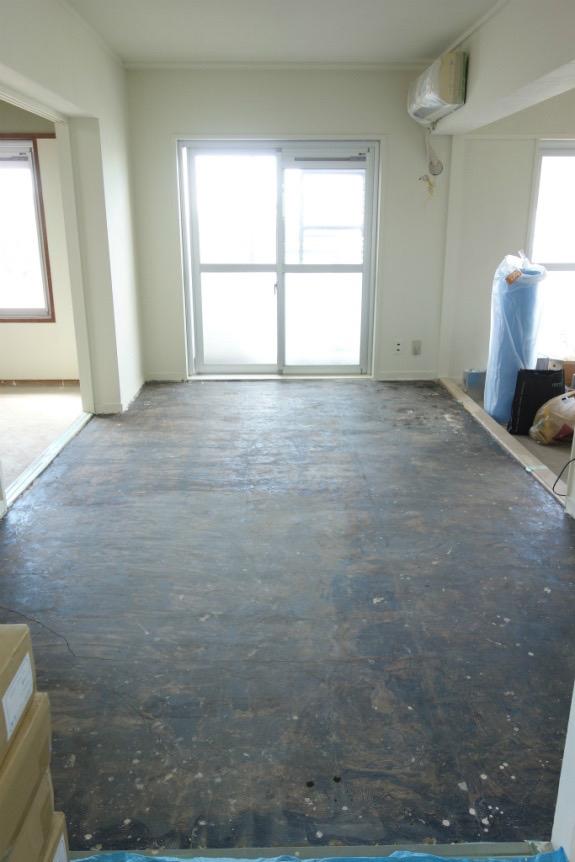 【床はり】コンクリートの床の上に緩衝材を敷き、その上に無垢の杉の置き床を設置。