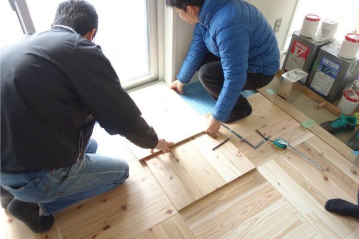 【床はり】部屋の隅の部分は50㎝四方の置き床を、採寸・切断してピッタリにおさめていく。