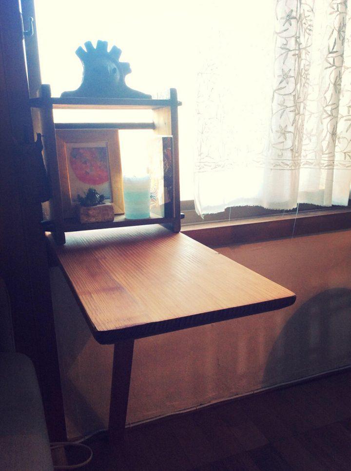 祖父の保管していた古い板と、古い蒸し器の枠を使って作った小さな折りたたみ式の文机。